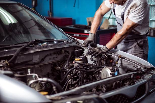 Kfz-Mechaniker an Fahrzeug; Detektei Solingen*, Detektiv Solingen*, Privatdetektiv Solingen*